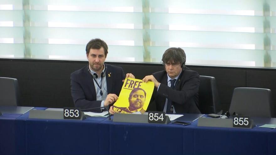 Comín y Puigdemont muestran un cartel pidiendo la libertad de Junqueras desde su escaño en Estrasburgo