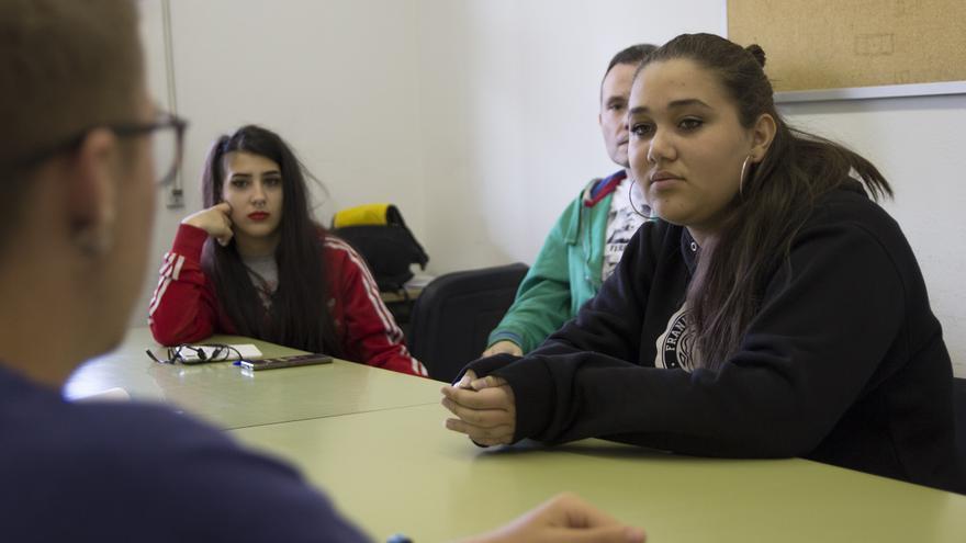 Semilly (derecha) y Ana (izquierda) durante el simulacro de mediación. En el centro, el coordinador Amando. / David Conde