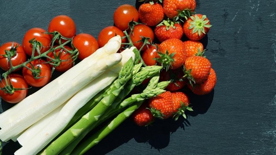 ¿Qué alimentos son los que nos hacen retener líquidos y cuáles nos ayudan a liberarlos?