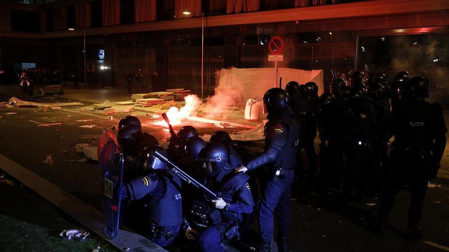 La Policía se encontró con la respuesta de un grupo de manifestantes tras las cargas / Olmo Calvo