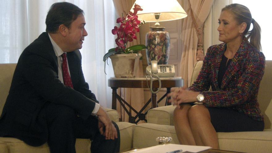 Cristina Cifuentes se entrevista, en su época como delegada del Gobierno en Madrid, con el alcalde de Getafe Juan Soler