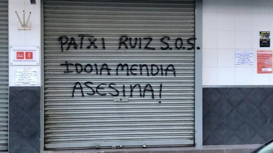 Pintada contra la secretaria general del PSE-EE, Idoia Mendia, en la puerta de una Casa del Pueblo.