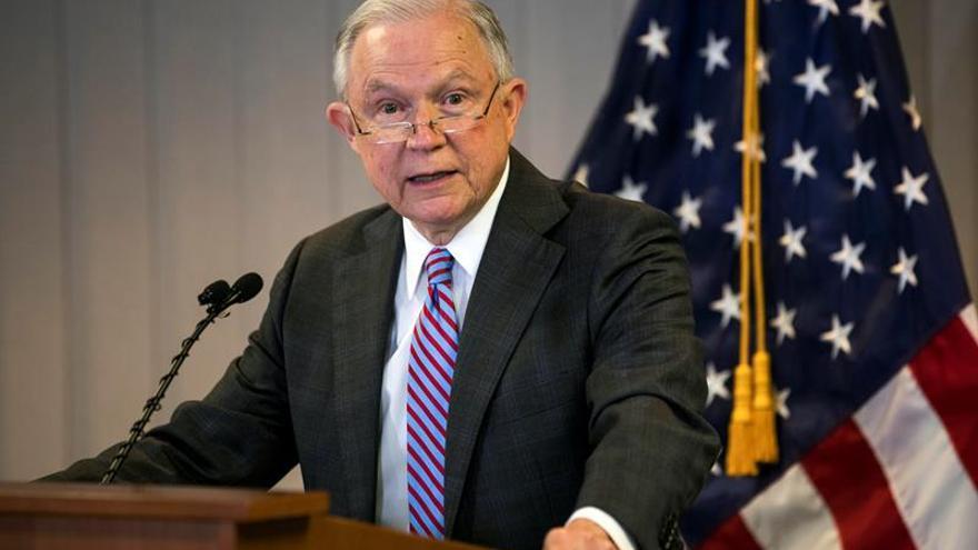"""Sessions pide al Congreso que cambie las reglas de asilo para evitar """"abusos"""""""