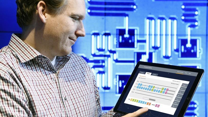 Jay Gambetta juega con el IBM Quantum Experience en una tablet