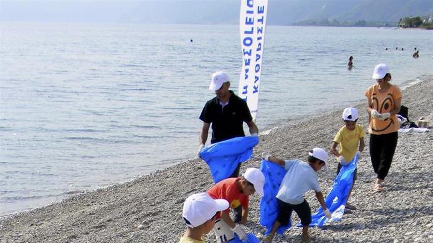Los refugiados se suman a la campaña de limpieza de las playas griegas