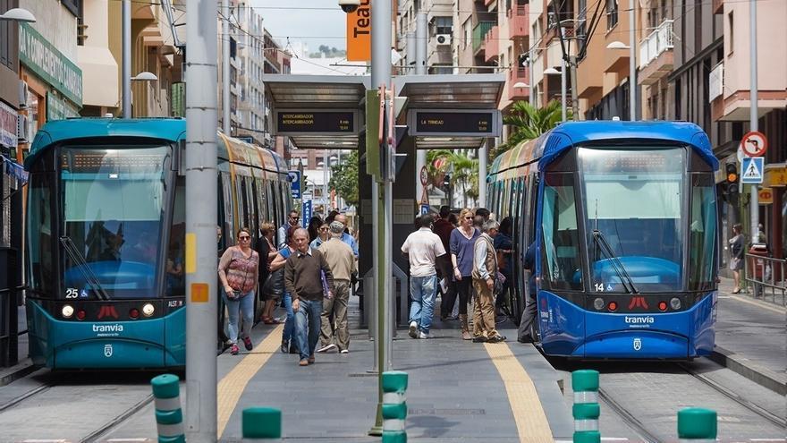 Dos unidades del tranvía, en la parada Teatro Guimerá, en Santa Cruz
