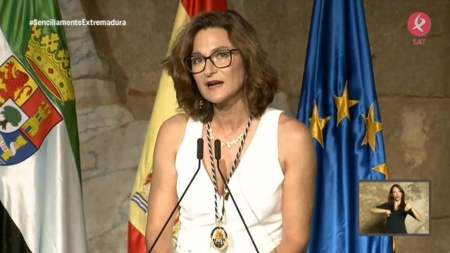 La poetisa Ada Salas, tras recibir la Medalla de Extremadura