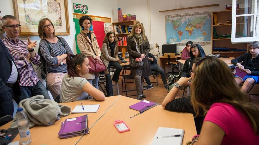 Los alumnos de El Llindar detienen la clase de Filosofía para explicar a los visitantes qué es una escuela de segunda oportunidad / © SANDRA LÁZARO