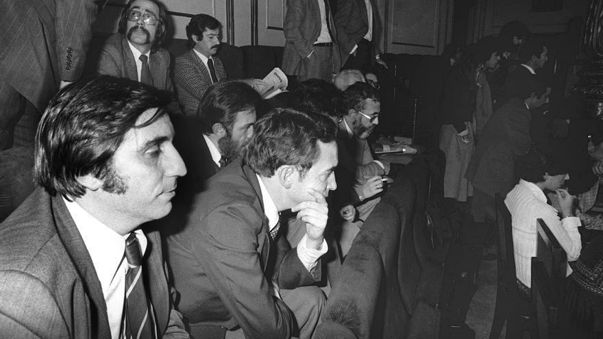 Madrid, 14-10-1977.- Fernando Reinlein (1º iz), Jesús Martín Consuegra (2ºiz) Santiago Perinat (3 iz) y Luis Otero (4 iz), ex-militares pertenecientes a la Unión Militar Democrática, UMD, asistieron como invitados al desarrollo del pleno en el que se debatía la proposición de ley sobre amnistía.