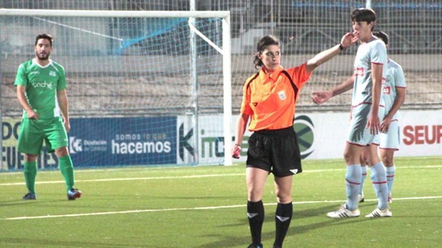 Una árbitra durante un partido.