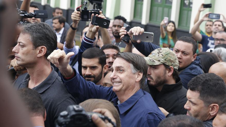 Jair Bolsonaro, rodeado de algunos de sus seguidores