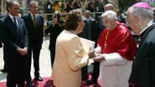 La alcaldesa de Valencia saluda a Benedicto XVI en presencia de Francisco Camps