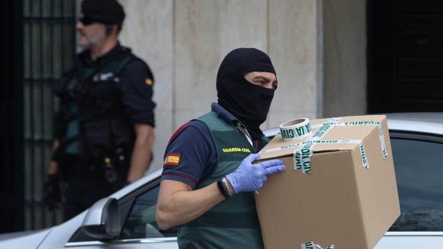 Un agente de la Guardia Civil durante los registros ordenados por el juez Manuel García Castellón