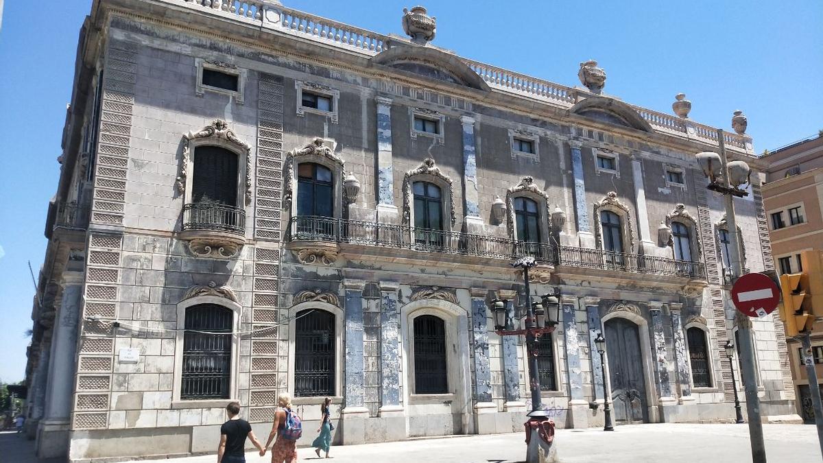 Una de las dos fachadas principales del Palacio de la Aduana, sede de la Delegación del Gobierno en Catalunya, vacía desde 2010.