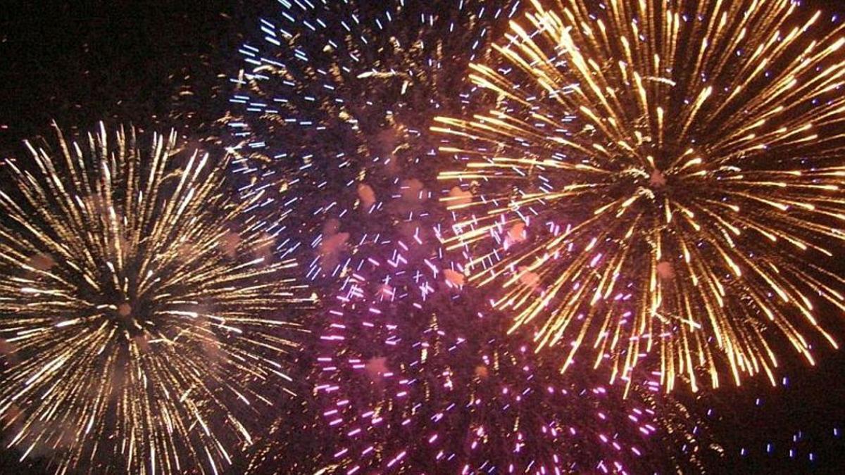 Imagen de archivo de fuegos artificiales.