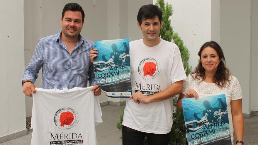 Alfered Cobami, 'El rey del escapismo', junto a los delegados de Turismo y Festejos / Ayuntamiento de Mérida