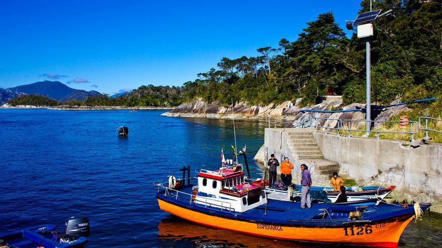 Pequeña barca de pesca en los canales patagónicos chilenos. VIAJAR AHORA