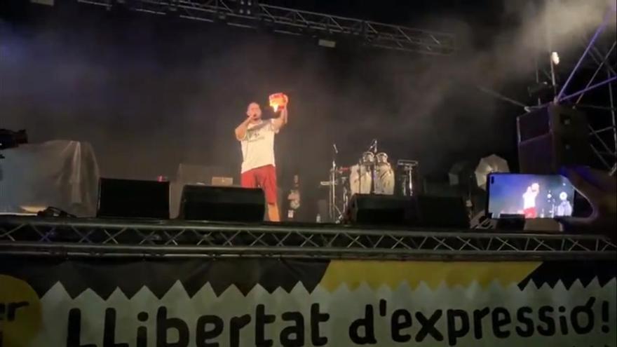 Pablo Hasel quemando la bandera de España durante el Festival de Música Urbana Reivindicativa