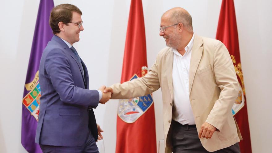 Alfonso Fernández Mañueco y Francisco Igea tras firmar el pacto de gobierno en Castilla y León.
