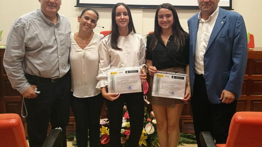 El consejero de Agricultura del Cabildo junto a las dos alumnas.