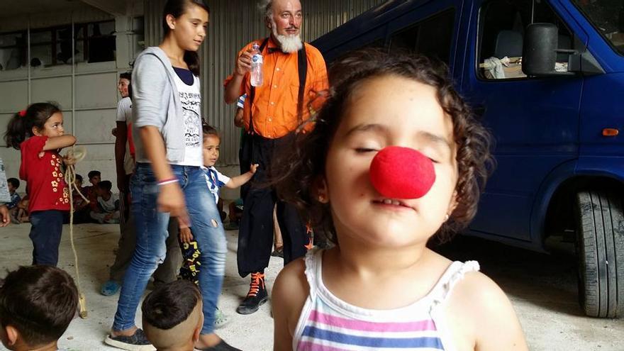 El proyecto Sonrisas Solidarias lleva el circo a los campos de refugiados.