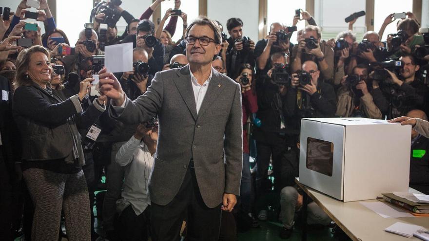 Artur Mas ha votado en la escuela Pia de Balmes. /ENRIC CATALÀ