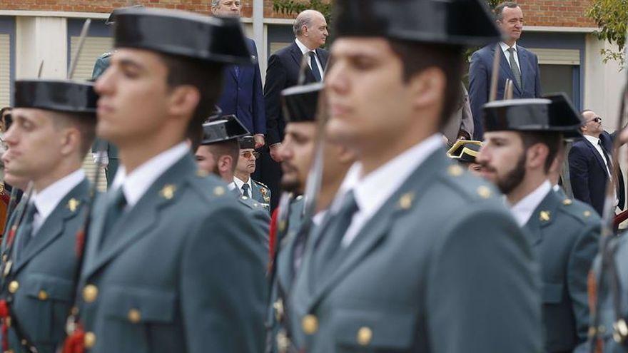El exministro Fernández Díaz cuando condecoró a guardias civiles que fueron imputados en Melilla