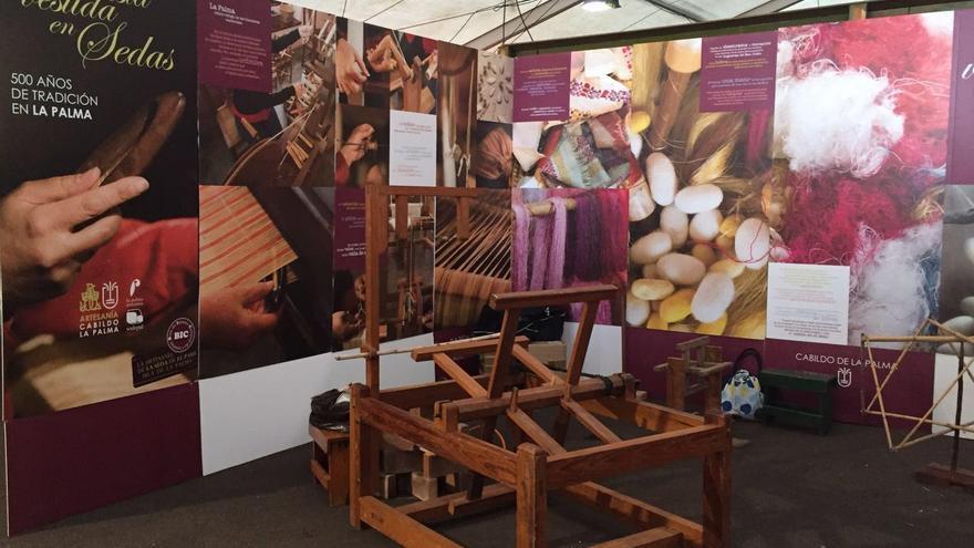 Expositor 'Una isla vestida en sedas' que el Cabildo de La Palma tiene abierto al público en la XXIX Feria Insular de Artesanía de Fuerteventura.