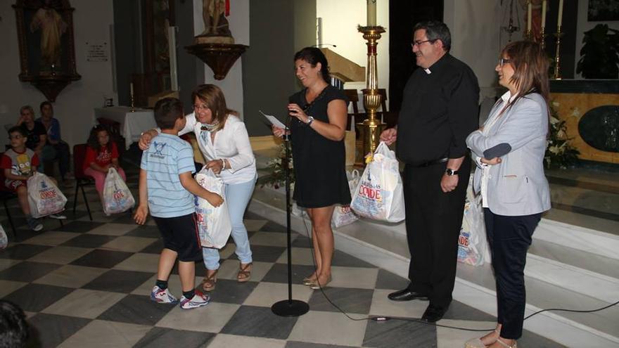 Acto de entrega de las piñatas que el Ayuntamiento de Gádor regala a los niños que hacen la Primera Comunión. Fotografía publicada en el perfil de Facebook del Consistorio.