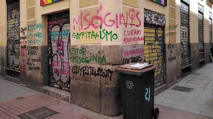Atacan con pintadas tránsfobas y símbolos feministas la sede del Cogam en Madrid