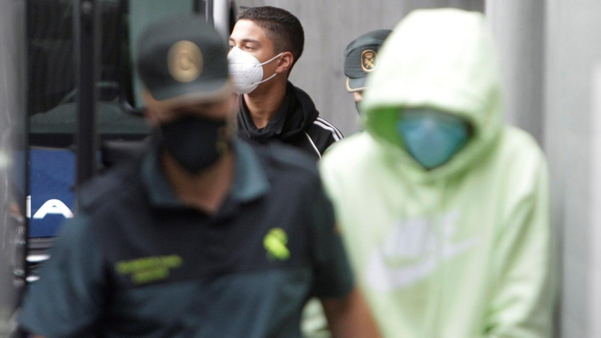 Dos de los varones mayores de edad encarcelados como presuntos autores de la agresión que acabó con la vida de Samuel Luiz, en una fotografía de archivo.