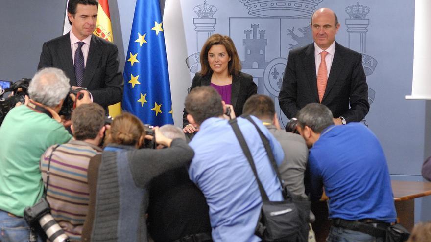 Sáenz de Santamaría, junto a José Manuel Soria y Luis de Guindos en febrero de 2013.