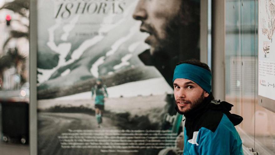 Marco Yánez con el cartel del documental 'No solo 18 horas'