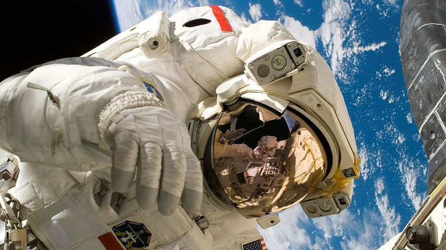 Astronauta con La Tierra al fondo.
