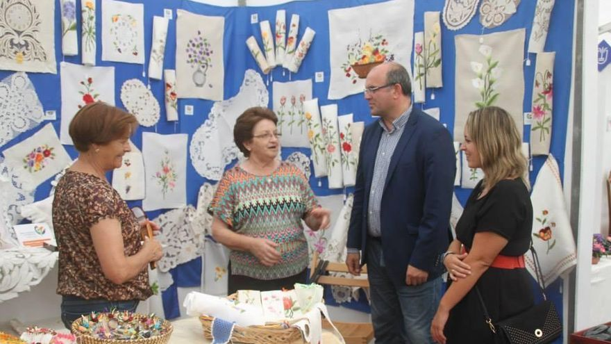 Imagen de archivo del presidente de Cabildo de La Palma, Anselmo Pestana, y la consejera insular de Artesanía, Susana Machín, con dos bordadoras.