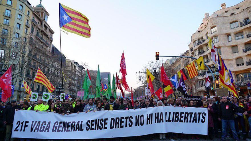 Cabecera de la manifestación durante la bajada por el paseo de Gràcia en Barcelona