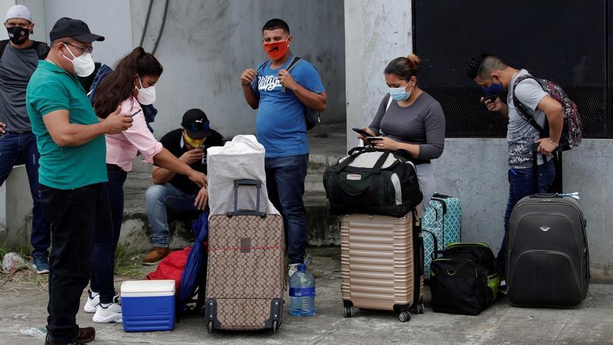 Un grupo de ciudadanos nicaragüenses fue registrado este miércoles en la Terminal Nacional de Transporte de Ciudad de Panamá (Panamá), donde esperan poder regresar a su país enmedio de la pandemia del COVID-19.