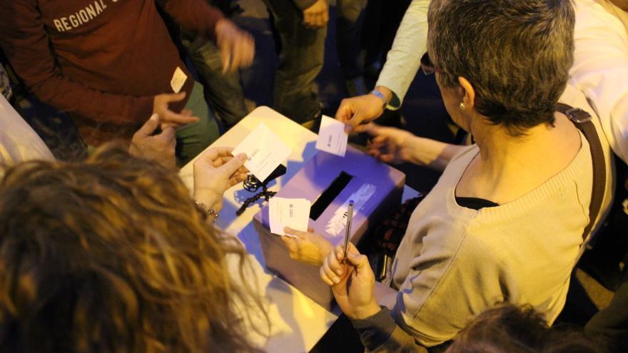 Un momento de la votación de una asamblea ciudadana que aprobó la lista de 'Ahora Murcia' / PSS