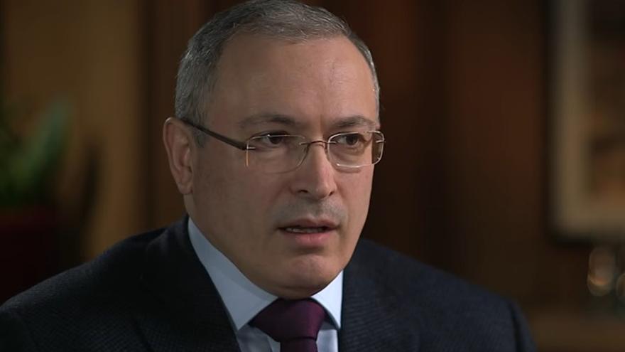 Mikhail Khodorkovsky, oligarca ruso exiliado durante una entrevista para la BBC // Youtube