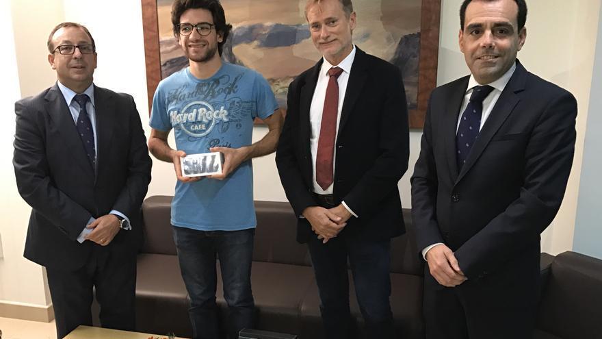 El alumno ganador, Sebastiano Valá, muestra el iPhone 7.