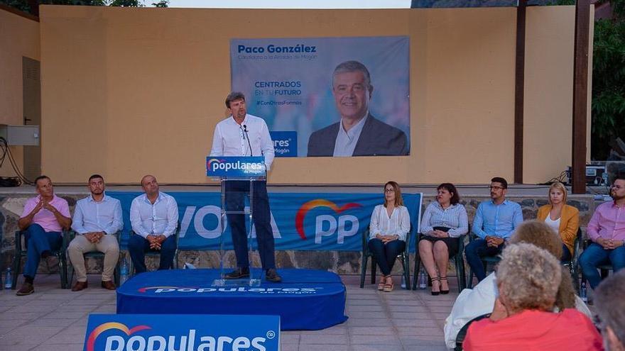 Román González, agente de la Policía Local de Mogán en un acto de campaña con el Partido Popular.