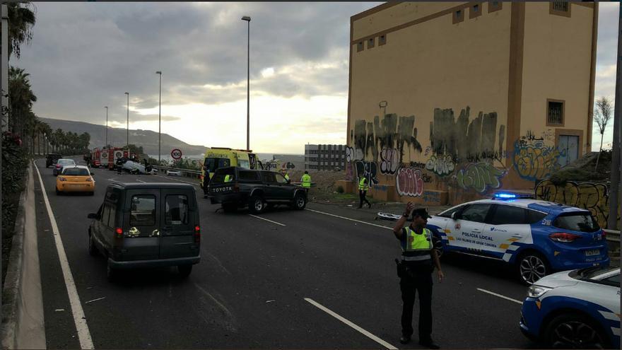 La Policía Local capitalina ordena el tráfico tras el accidente ocurrido en la GC-2.