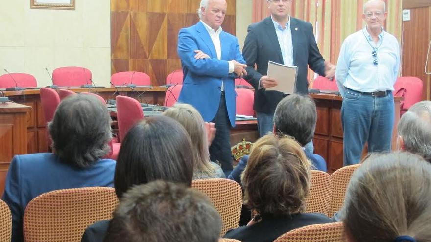 De izquierda a derecha, Alberto Cabré de León, Anselmo Pestana y Antonio Rivero, este miércoles, durante la presentación del informe sobre el 'Tránsito de Canarias a la Sociedad del Conocimiento' celebrado en el salón de plenos del Cabildo.