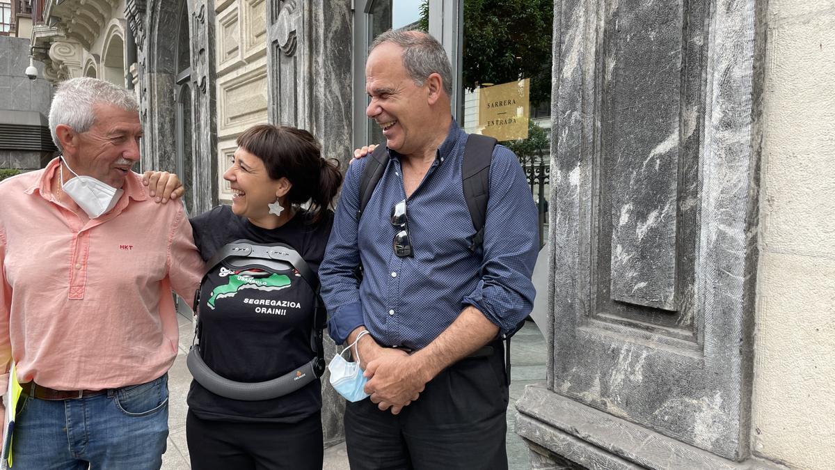 Mónica Mena junto a sus compañeros de Usansolo Herria frente a las Juntas Generales de Bizkaia