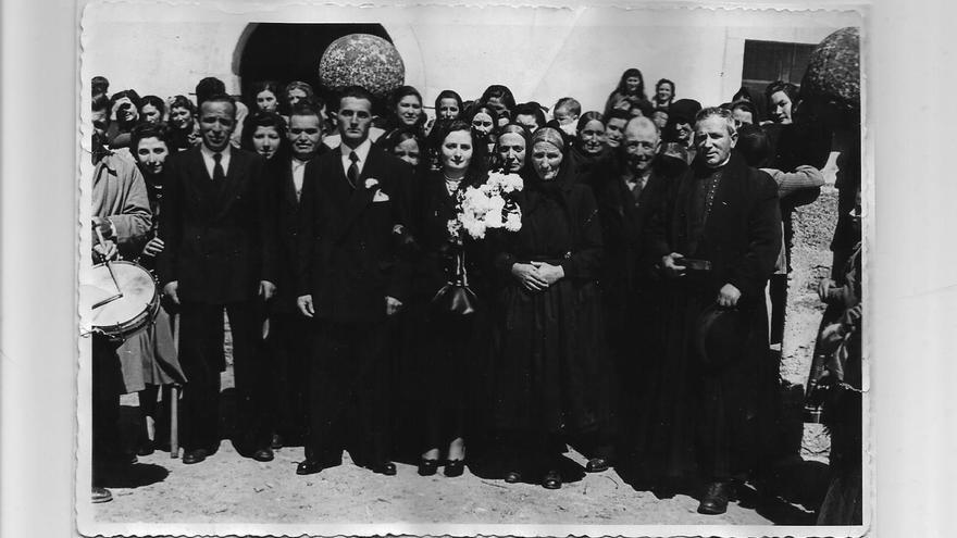 Los abuelos de César Estirado junto a una de sus tías, el día de su boda en 1953, y el nuevo párroco de Arcones.