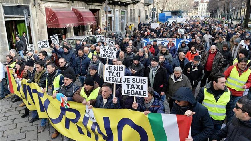 Cientos de taxis bloquean las calles de Bruselas para protestar contra Uber