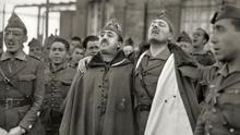 """Bartolomé Ros: """"Francisco Franco y Millán Astray abrazados mientras entonan cánticos legionarios. Cuartel de Dar Riffien"""". Fotografía de 1926."""
