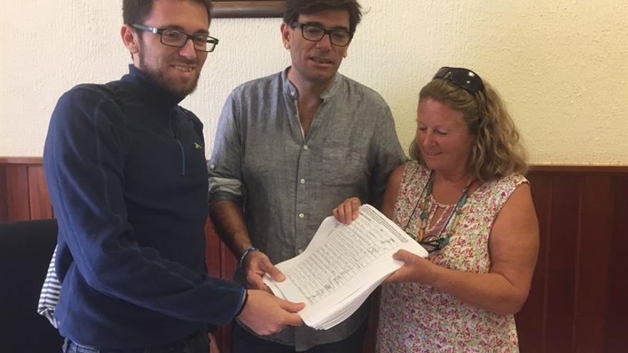Roberto Gil-Hernández (i), Julio Concepción y Ana Sabín posan con las firmas recogidas