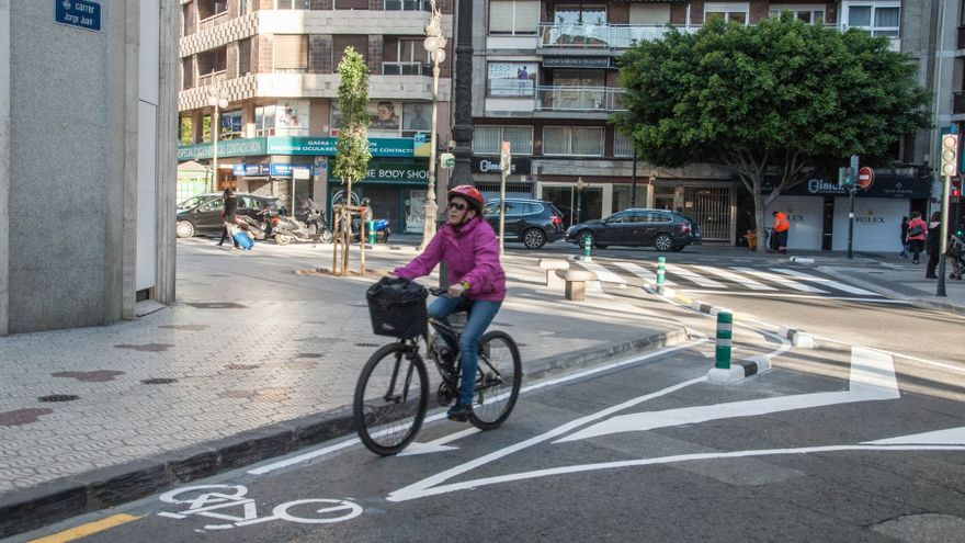 Una ciclista por el nuevo tramo que conecta el anillo ciclista con Sorní