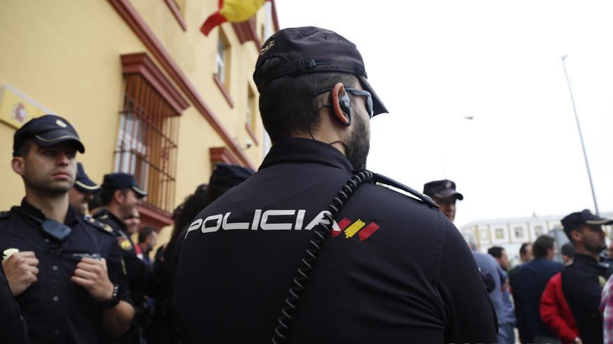 Un agente de Policía Nacional | ÁLEX GALLEGOS